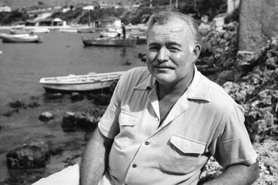 O escritor encarna o pescador no porto Cojimar