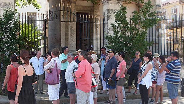 Turistas em Havana Velha