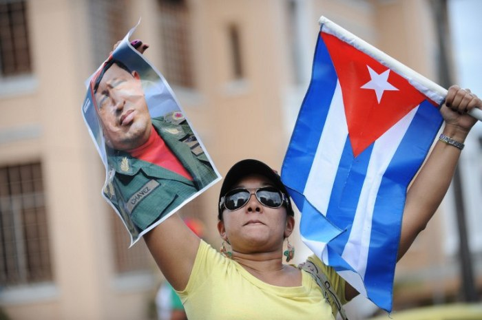 Com um retrato do ex-presidente venezuelano Hugo Chávez e uma bandeira de Cuba, manifestante participa de ato na Cidade do Panamá: a Cúpula das Américas será quente.